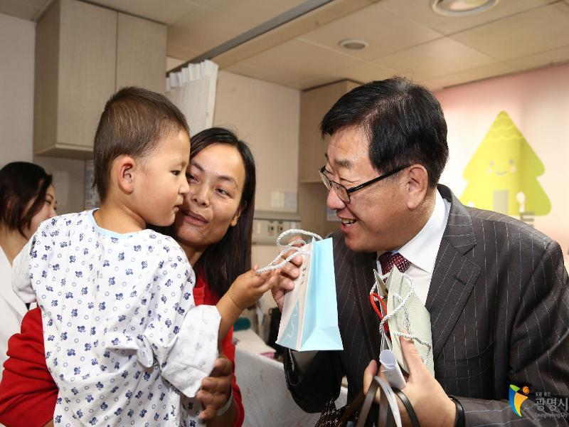 ▶중국 랴오청시 심장병 어린이에게 새 생명 선물▶늘푸른소나무 봉사단, 저소득층에 라면 전달